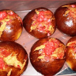 Brioches à la praline rose à la boulangerie Maison de village à Serverette