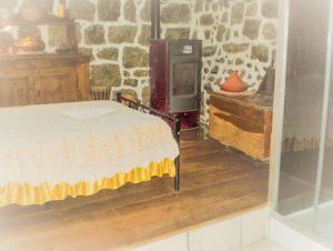 Poele et douche Chambre d'hôte Auberge de Saint Jean Lozère