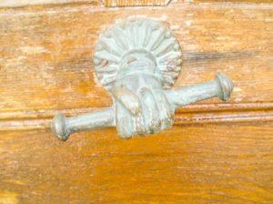 Détail de poignée de porte ancienne à l'Auberge de Saint Jean à Serverette