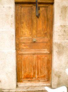 Détail de porte ancienne à l'auberge de Saint Jean à Serverette